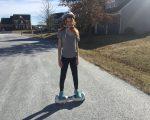 """Sarah's første tur på """"Hoverboard""""."""
